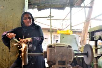أمرأة تعمل كثنانة فى منطقة مجرى العيون بمصر القديمة